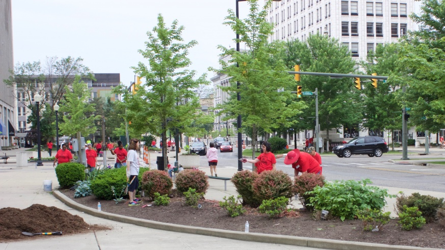 Volunteers Beautify Downtown at Streetscape Event